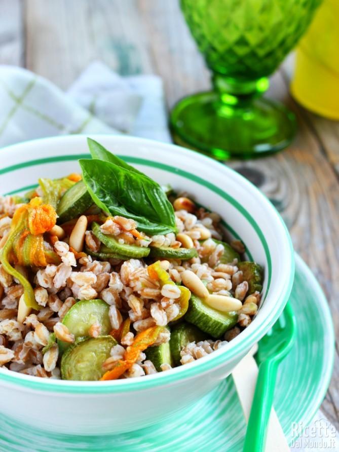Ricetta insalata di farro con zucchine e fiori
