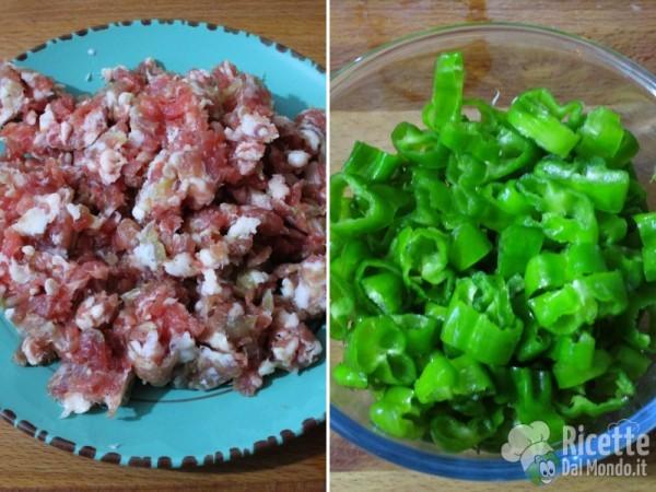 Sbriciolare la salsiccia e tagliare a rondelle i peperoni