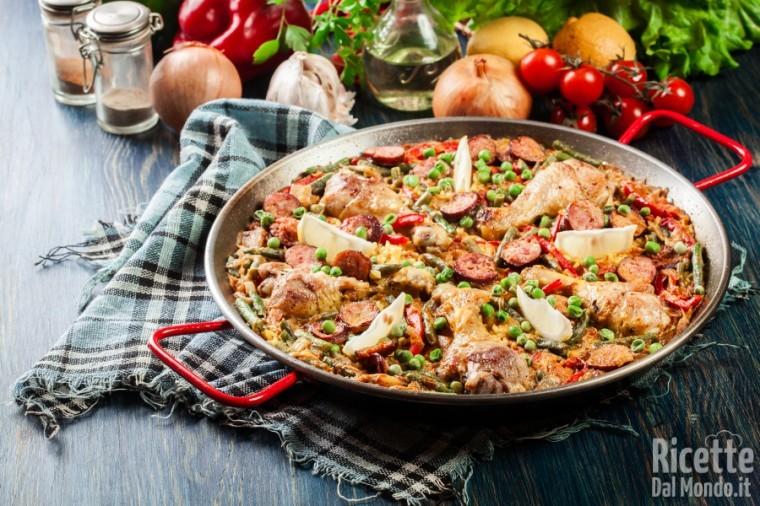 Paella di pollo e chorizo