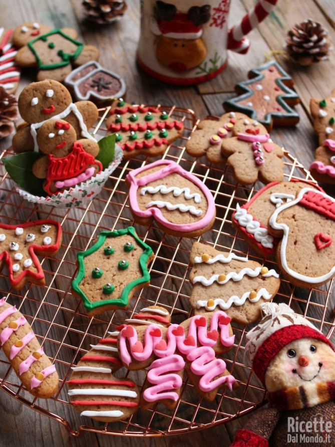 Decorare i biscotti e lasciarli asciugare
