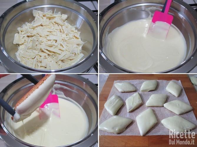Intingere i biscotti nel cioccolato bianco fuso