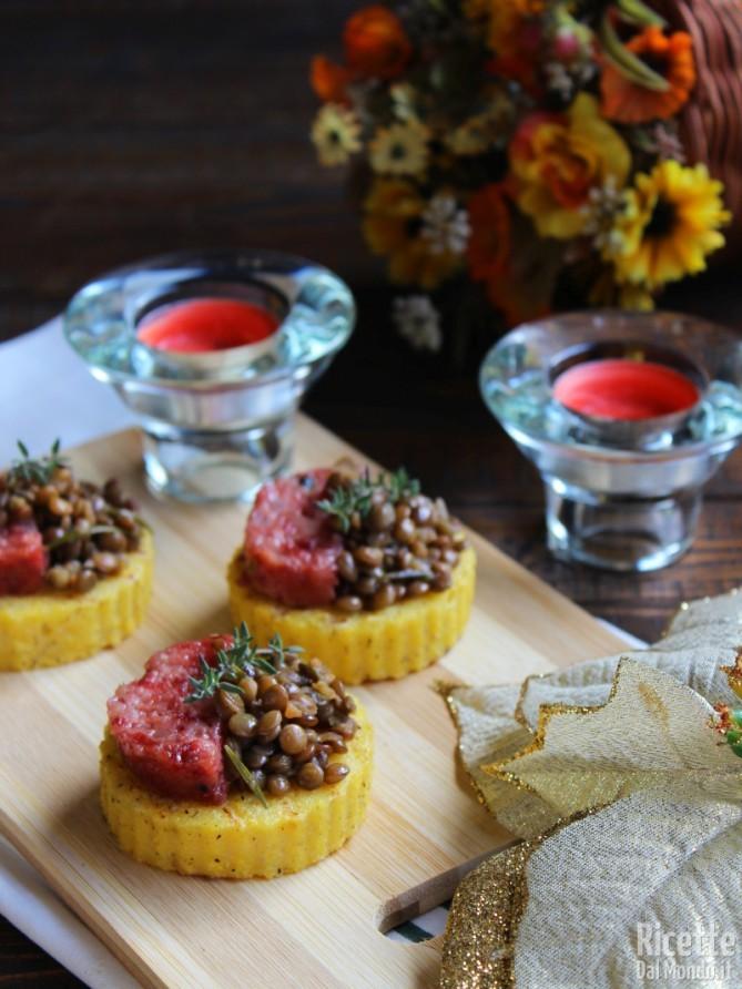 Tartine di polenta con cotechino e lenticchie