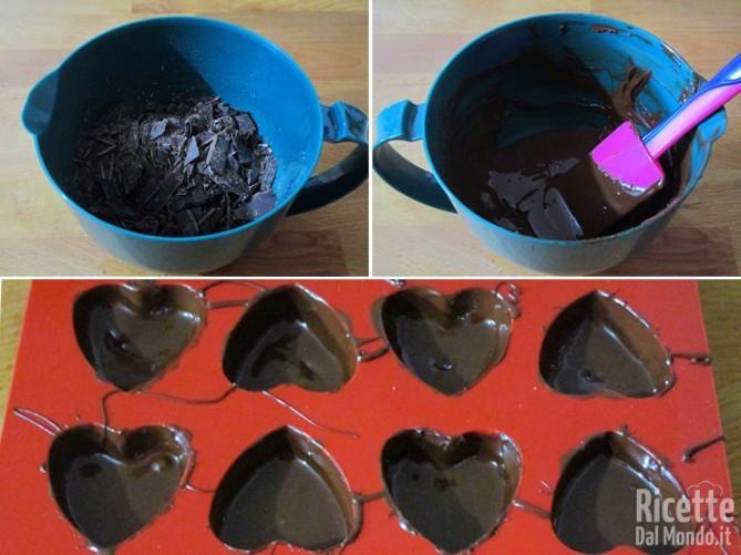 Fondere il cioccolato fondente e foderare gli stampini