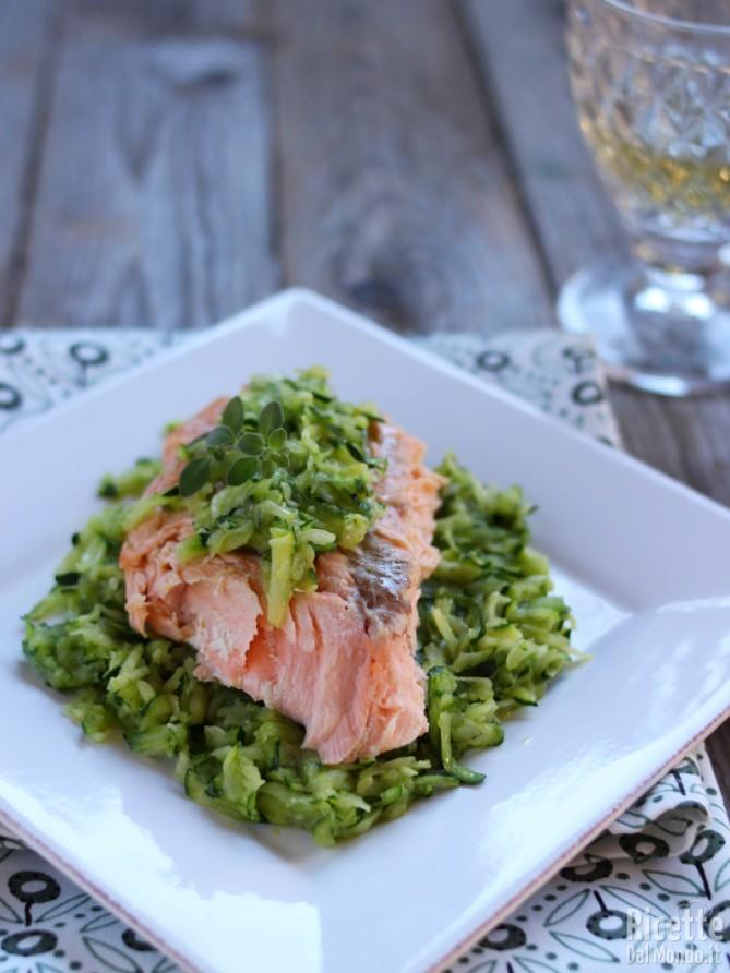 Ricetta salmone con zucchine in padella