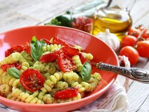 Ricetta Fusilli con pesto di zucchine e pomodorini confit