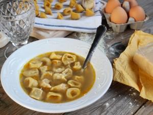 Ricetta Tortellini in brodo di cappone alla bolognese